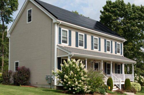 Schickes Vordach aus Glas veredelt den Hauseingang